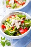 Salade de riz avec des champignons de couche et des légumes photos libres de droits