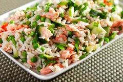 Salade de riz avec des saumons photos stock