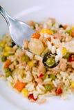 Salade de riz avec des thons et des légumes image libre de droits
