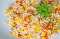 Salade de riz avec du maïs et des légumes Photo libre de droits