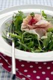 Salade de Rocket avec des graines de jambon et de grenade de Parme photographie stock