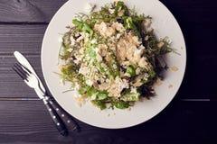 Salade de Rocket avec l'arugula, le parmesan, le citron, l'huile d'olive d'écrous et les assaisonnements images stock