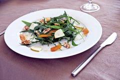 Salade de Rocket avec les noix, la poire et le bottarga Photographie stock