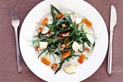 Salade de Rocket avec les noix, la poire et le bottarga Photographie stock libre de droits