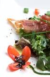 Salade de saison avec le jambon de Parme croustillant Images libres de droits