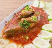 Salade de sardines en boîte par poissons épicés et aigres thaïlandais image stock