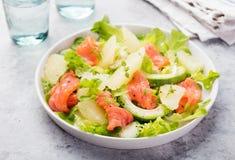 Salade de saumons fumés avec l'avocat, pamplemousse image libre de droits