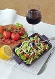 Salade de saumons fumés avec les légumes et le verre de vin Image stock