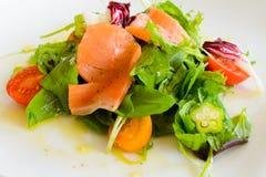 Salade de saumons fumés du plat blanc 1 Photo stock