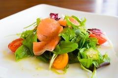 Salade de saumons fumés du plat blanc 2 photo stock