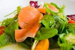 Salade de saumons fumés du plat blanc 4 Photo stock