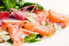 Salade de saumons fumés d'un plat Photographie stock