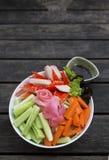 Salade de style japonais de plan rapproché au-dessus du fond en bois Photos libres de droits