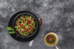 Salade de taboulé avec des graines et l'habillage de grenade Photo libre de droits