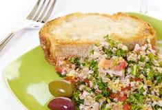 Salade de Tabouli avec du pain grillé Images stock