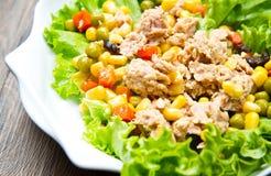 Salade de thon avec des mais Photographie stock libre de droits