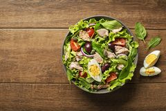Salade de thon avec des oeufs et des câpres Photos stock