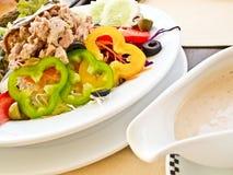 Salade de thon avec la rectification d'île de thouson photos stock