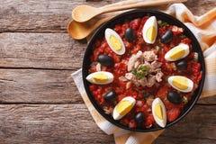 Salade de thon de Mechouia avec les légumes et les oeufs grillés horizontal Photographie stock