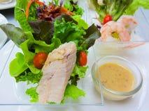 Salade de thon et de crevette avec le légume et la sauce d'accompagnement Photographie stock libre de droits