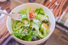 Salade de thon et de légume frais avec l'oeuf à la coque Photos stock