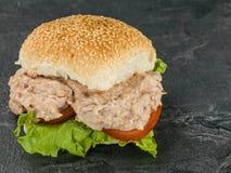 Salade de thon et de mayonnaise dans un sandwich à petit pain ou à petit pain de pain de sésame Photos stock