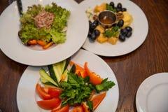 Salade de thon, plat de fromage et légumes réception Nourriture pour la part Plan rapproché images libres de droits