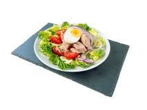 Salade de thon sur le wiew de côté de panneau d'ardoise Image libre de droits