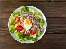 Salade de thon sur le wiew rustique de dessus de table Photo libre de droits