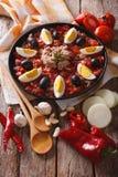 Salade de thon tunisienne avec des clos grillés de légumes et d'ingrédients photos stock