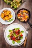 Salade de tomate avec du fromage grillé et les pommes de terre cuites au four Photographie stock