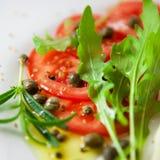 Salade de tomate avec la rectification de câpre photos stock