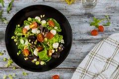 Salade de tomate avec le fromage blanc, salade saine de ressort de nourriture d'huile d'olive photo stock