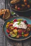Salade de tomates d'héritage avec du fromage de Burrata image libre de droits