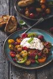 Salade de tomates d'héritage avec du fromage de Burrata photographie stock libre de droits