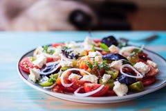 Salade de tomates d'héritage avec du fromage et le basilic photo stock
