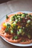 Salade de tomates d'héritage avec le concombre et les herbes images stock