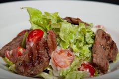 Salade de veau, salade avec de grandes tranches de veau et légumes frais d'un plat photographie stock