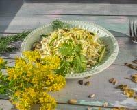 Salade de Vegan avec le katusta frais et concombres avec les herbes et les graines ?pic?es de graine d'un plat rond de laitue, su images stock