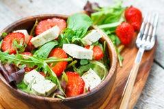 Salade de Vegan avec le tofu et les fraises Images libres de droits