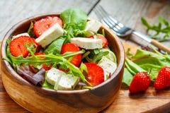 Salade de Vegan avec le tofu et les fraises Photos libres de droits