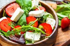 Salade de Vegan avec le tofu et les fraises Images stock