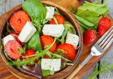Salade de Vegan avec le tofu et les fraises Photo libre de droits