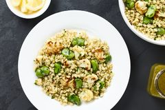 Salade de Vegan d'orge, de fèves et de chou-fleur rôti Photographie stock
