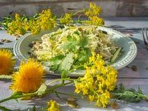 Salade de Vegan de katusta frais avec des concombres avec les herbes et les graines ?pic?es de graine d'un plat rond de laitue, s images libres de droits