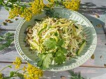 Salade de Vegan de katusta frais avec des concombres avec les herbes et les graines ?pic?es de graine d'un plat rond de laitue, s image libre de droits