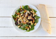 Salade de verts fraîche avec Pale Yellow Napkin Image libre de droits