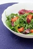 Salade de vitamine avec les tomates-cerises et le sésame d'arugula photo libre de droits