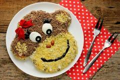 Salade in de vorm van gezichts grappige aap op kinderenpartij Royalty-vrije Stock Afbeelding