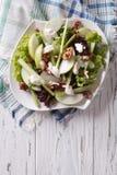 Salade de Waldorf avec les pommes, le céleri et les noix d'un plat Vertic Photographie stock
